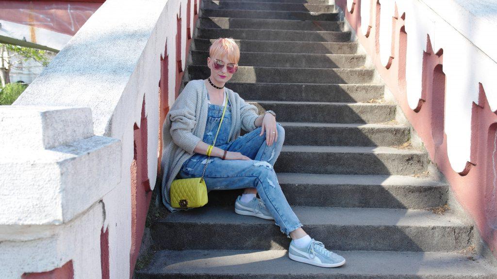 žltá kabelka a oranžové vlasy
