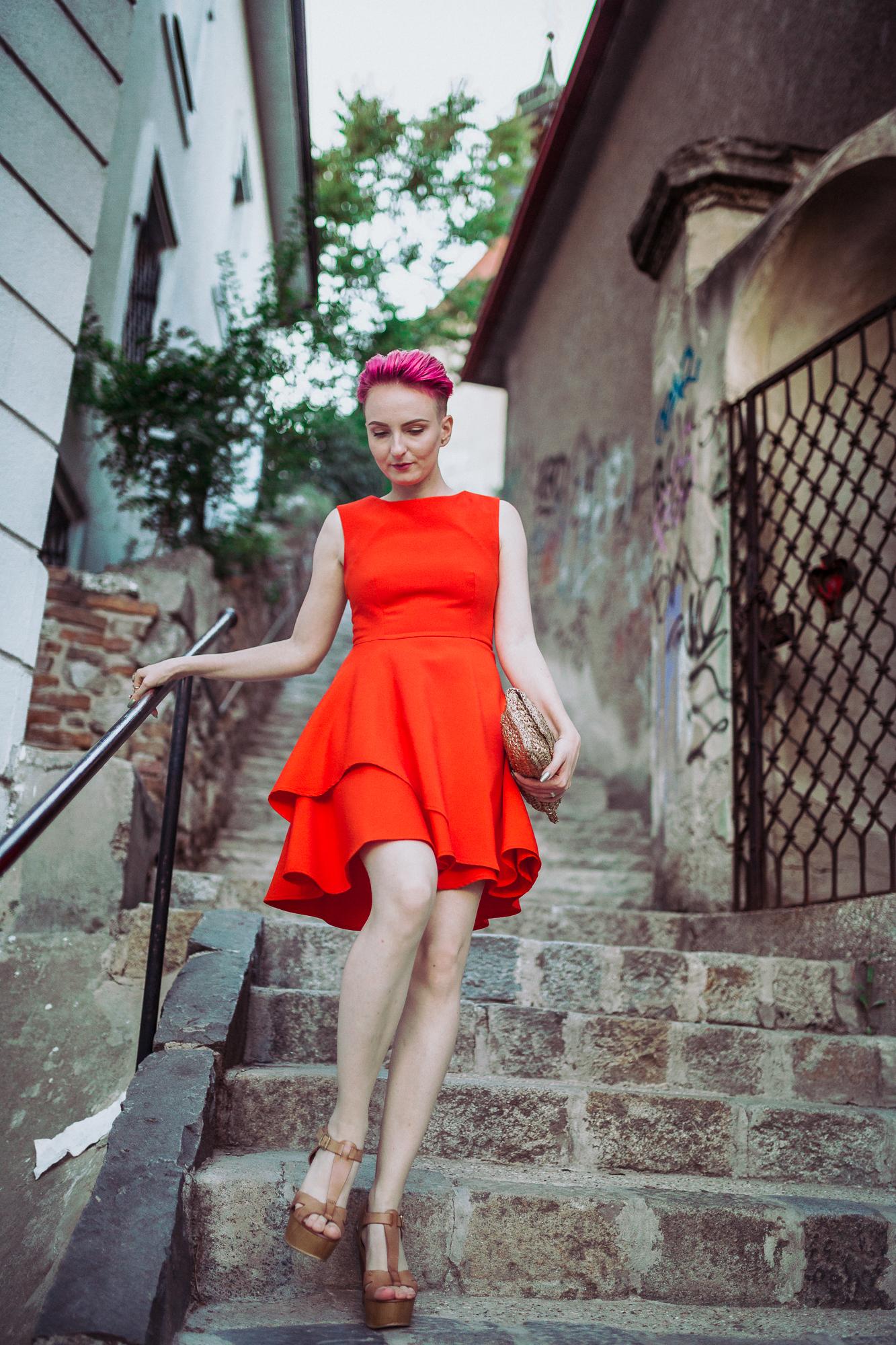 oranžové šaty a ružové vlasy