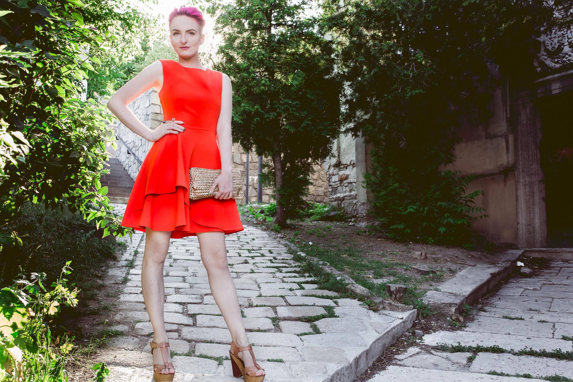 ružová vo vlasoch a oranžové šaty